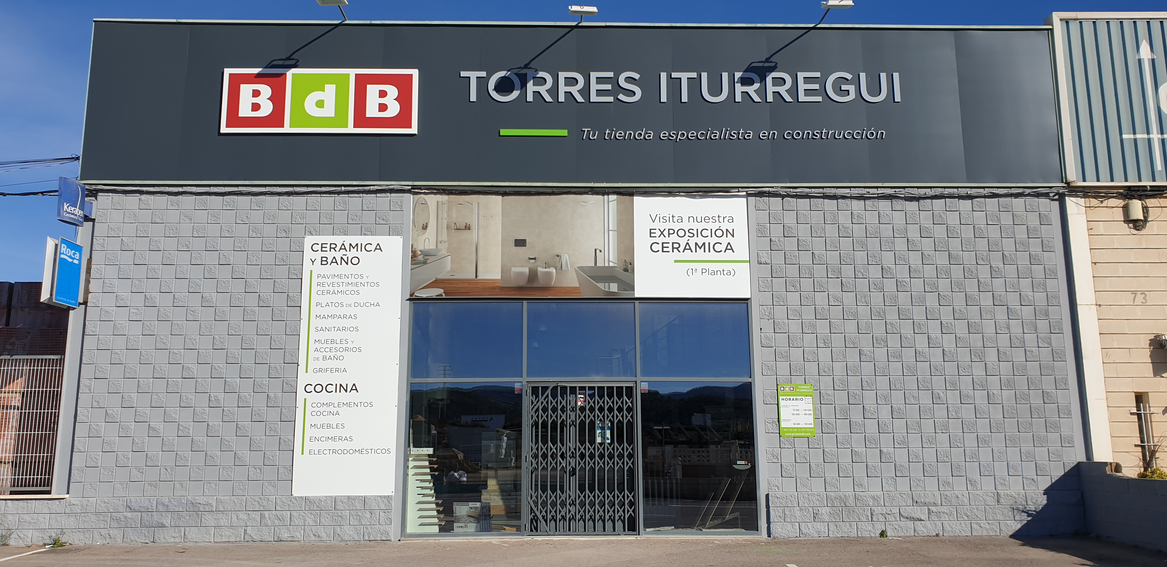 BdB TORRES ITURREGUI, marca y señalización en una misma fachada